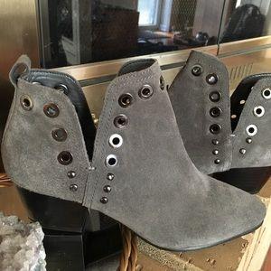 Grey SAM WDELMAN chunky heel booties. Size 6 suede
